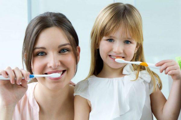 mother-daughter-brushing-teeth-adentaloffice