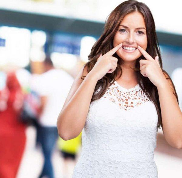 smiling-woman-veneers-adentaloffice
